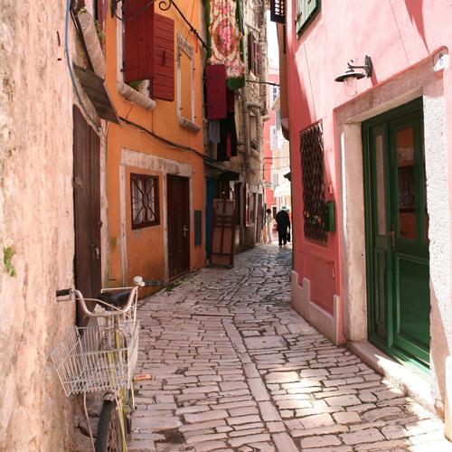 zeilvakantie kroatie smalle straat in Rovinj